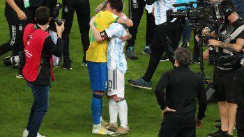 El abrazo entre Messi y Neymar.