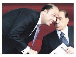 Silvio Berlusconi saluda a su ministro de Justicia, Angelino Alfano, en una imagen de junio pasado. El segundo fue el artífice del proyecto de ley que el oficialismo italiano lograría aprobar sin inconvenientes.