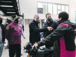 Robos. Horacio R. Larreta y Diego Santilli, ayer, en la entrega de motos robadas a sus dueños, las cuales fueron recuperadas por la Policía de la Ciudad.