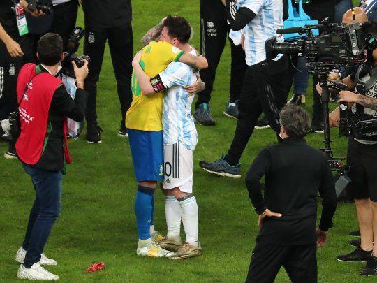 El sentido abrazo entre Messi y Neymar