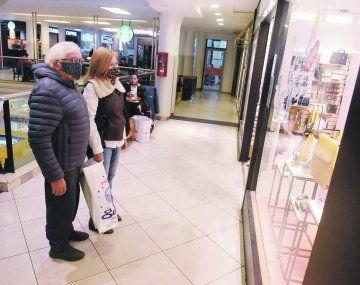 Funcionamiento. Con aforo reducido, toma de temperatura y estrictos protocolos de higiene funcionan hoy los centros comerciales.