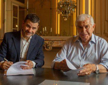 Miguel Galuccio rubricando el acuerdo junto a Roberto Pereyra.