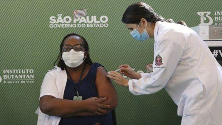 Una mujer es vacunada en San Pablo