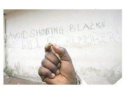 Un inmigrante muestra una bala con la que su grupo fue agredido en la localidad de Rosarno. El gobierno de Silvio Berlusconi anticipó que expulsará a los ilegales.
