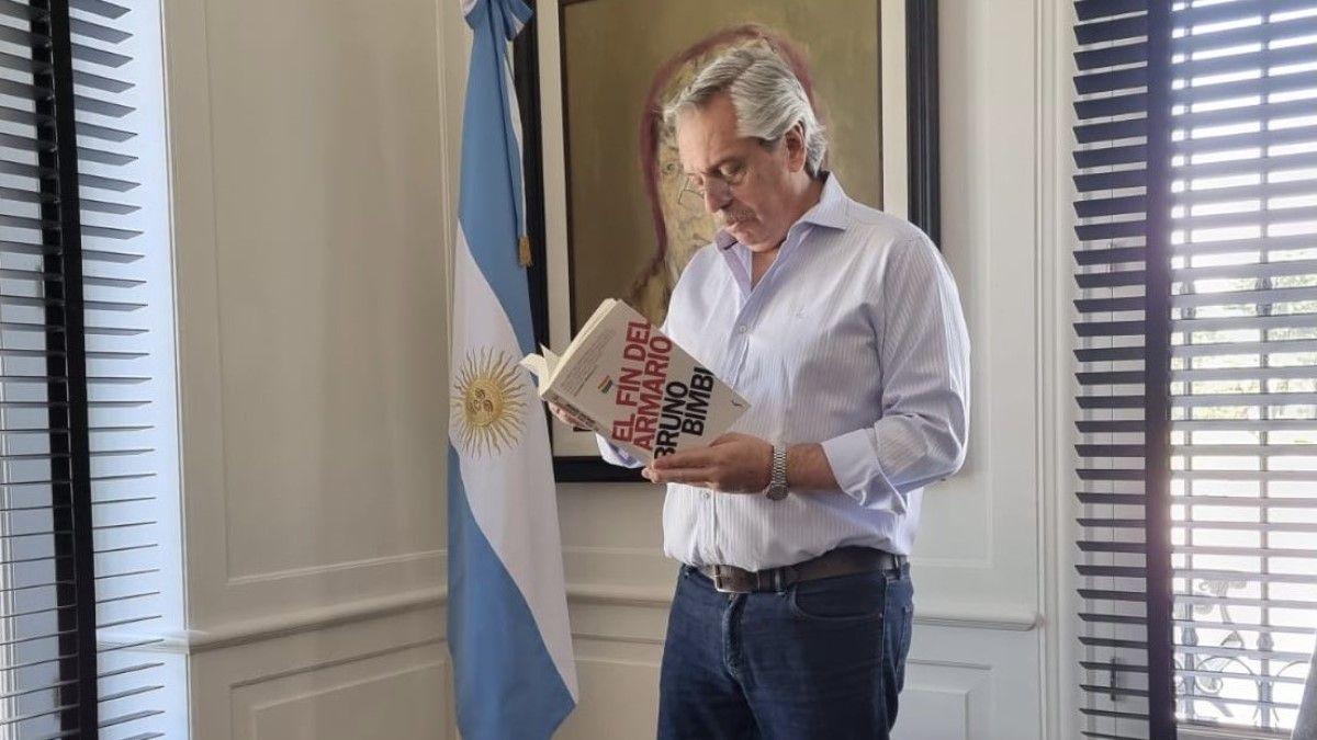 Alberto Fernández y el libro El Fin del Armario, de Bruno Bimbi.