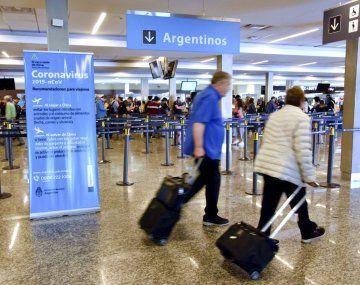 Podrán ingresar turistas de los países limítrofes por las terminales de Ezeiza y Buquebus.