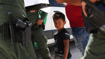 Se estima que un millar de niños fueron separados de sus padres migrantes en Estados Unidos.