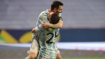 Goleador y capitán. Papu Gómez se abraza con Messi tras el único gol del partido.