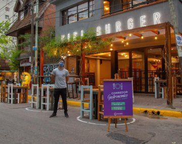 Bares y restaurantes estarán abiertos en Quilmes solo con mesas y sillas en la calle en Semana Santa.