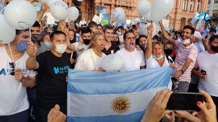 Cynthia Hotton arenga a los manifestantes frente a la Casa Rosada