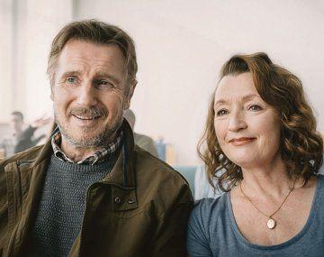 un amor extraordinario. Liam Neeson y Lesley Manville.