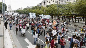 Protestas. Una marcha de piqueteros, sin demasiada explicación del motivo, complicó el microcentro e irritó a comerciantes que deben cerrar por la segunda ola.