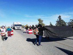 Acciones. En rechazo de lo ocurrido en la Legislatura, sectores antiminería bloquearon ayer la Ruta Nacional 3, mientras que otro grupo protagonizó incidentes en la Municipalidad de Esquel.