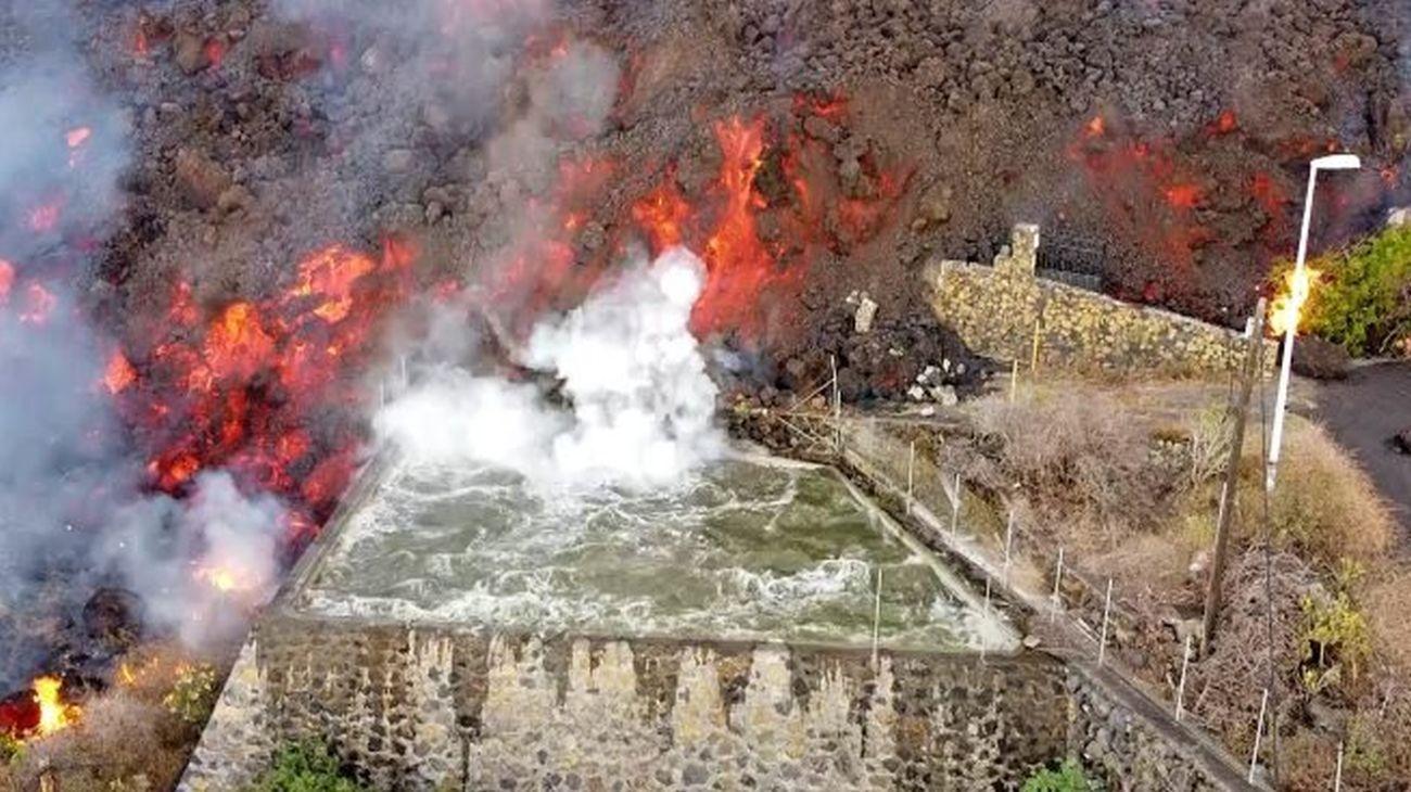 impactantes imagenes de la destruccion por el volcan cumbre vieja: asi arrasa las casas
