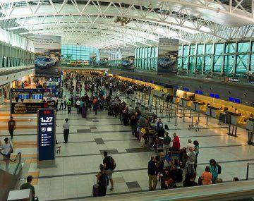 Poco a poco arriban pasajeros al aeropuerto de Ezeiza.