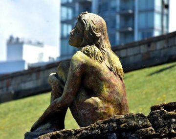 La estatua apareció en Playa Chica.