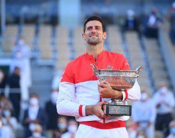 El tenista serbio Novak Djokovic se consagró hoy campeón de Roland Garros.