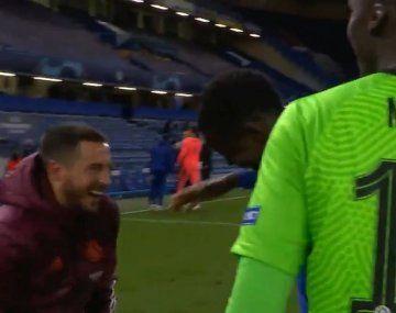 Hazard, a pura risa con sus excompañeros del Chelsea.