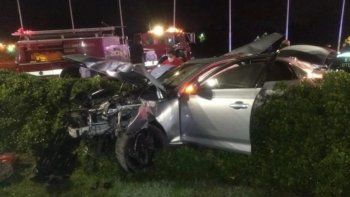 Dos jóvenes de 18 años murieron hoy cuando el auto en el que viajaban perdió el control y se estrelló contra un columna de señalización en Rincón de Milberg.