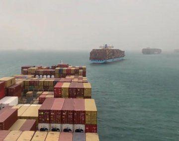 El incidente provoca atascos masivos de navíos.