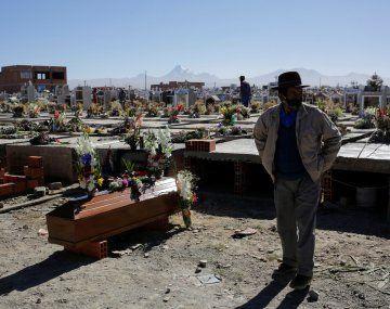 Un hombre despide a un familiar en el cementerio de La Paz, la ciudad con mayor incremento de casos de coronavirus en Bolivia.
