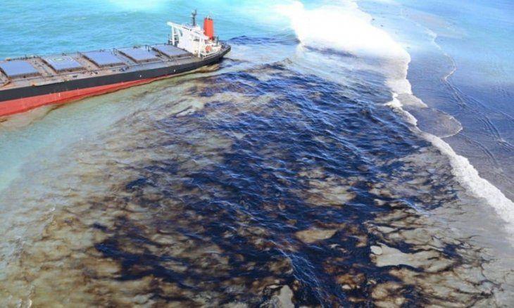 El buque petrolero varado frente a las islas Mauricio se partió en dos.