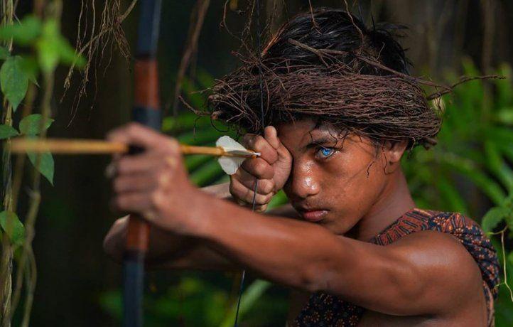 Una tribu en Indonesia que asombra por el azul de sus ojos