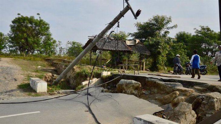 Rutas y caminos quedaron destruidos tras el sismo en Indonesia.