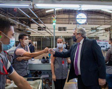 El presidente Alberto Fernández junto a trabajadores de la empresa Dass.