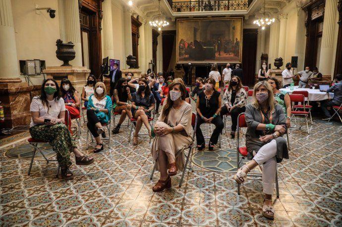 Diputadas y diputados siguieron en debate por el aborto legal en Senado desde el Salón de los Pasos Perdidos del Congreso.