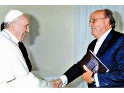 El papa Francisco recibe el saludo de José Ignacio de Mendiguren en el Vaticano.