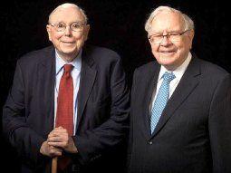 Charlie Munger, de corbata roja, yWarren Buffet, de corbata azul.